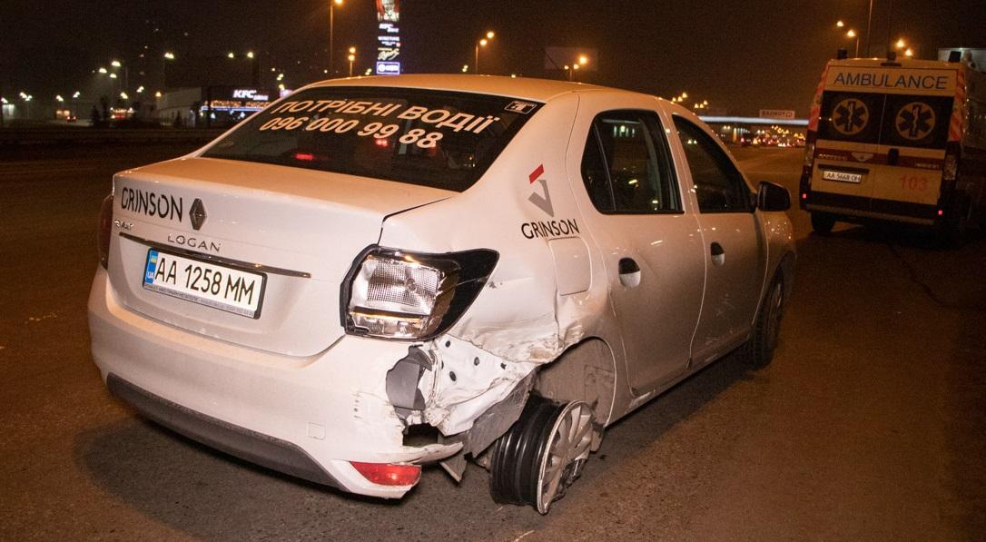 Renault підрізав і вдарив Lexus, який вилетів на тротуар \ kiev.informator.ua
