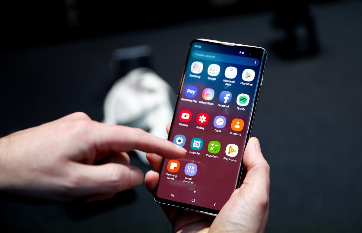 Samsung почала оновлювати ОС флагманських смартфонів до Android 11 / REUTERS