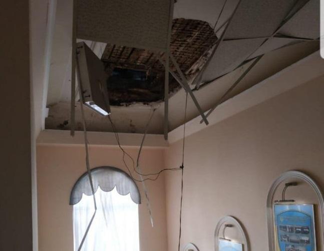 Обвалился кусок потолка над лестницей / фото: Думская