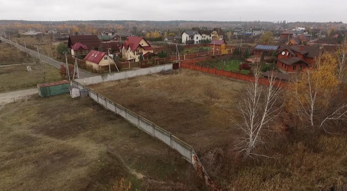 Обрана нами земельна ділянка огороджена парканом