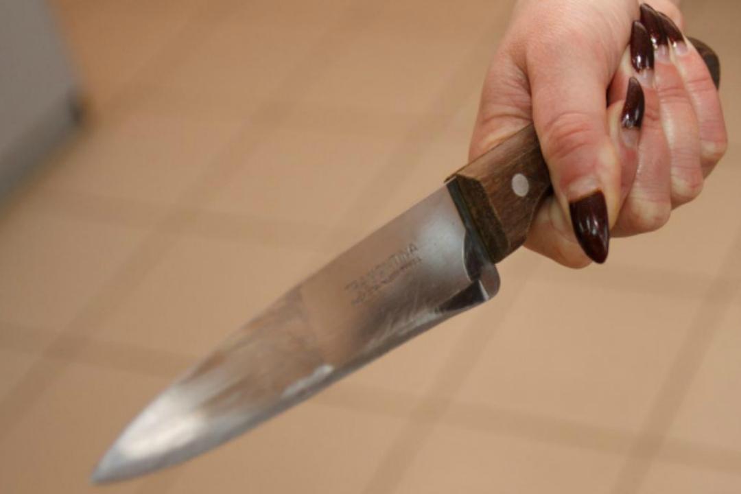 Жінка серед вулиці встромила ніж у спину чоловікові \ фото tvk.tv