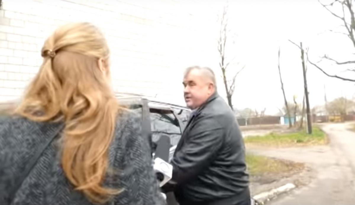 """Протащил сотню метров: на Киевщине чиновник """"покатал"""" журналистов на капоте"""