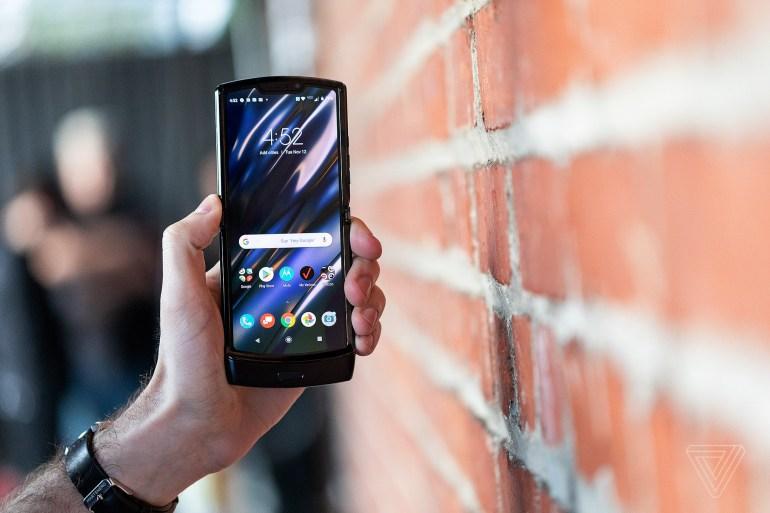 Motorola представила раскладушку Razr 2019 / фото The Verge