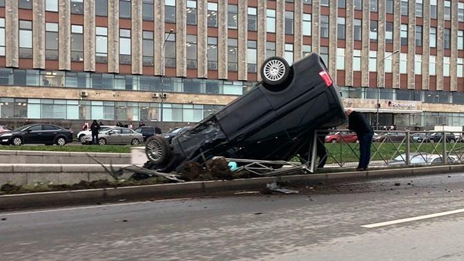 Авария произошла на Синопской набережной/ фото: © spb_today, Вконтакте