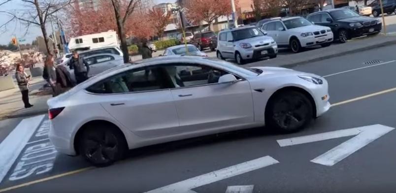 Tesla самостоятельно заводится и выдвигается в путь, ориентируясь на GPS-сигнал/ скриншот