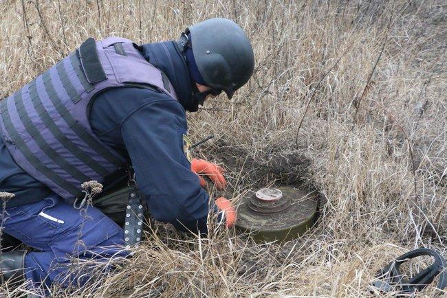 Пиротехники приступили к проведению работ по разминированию в районе разведения сил / фото dsns.gov.ua