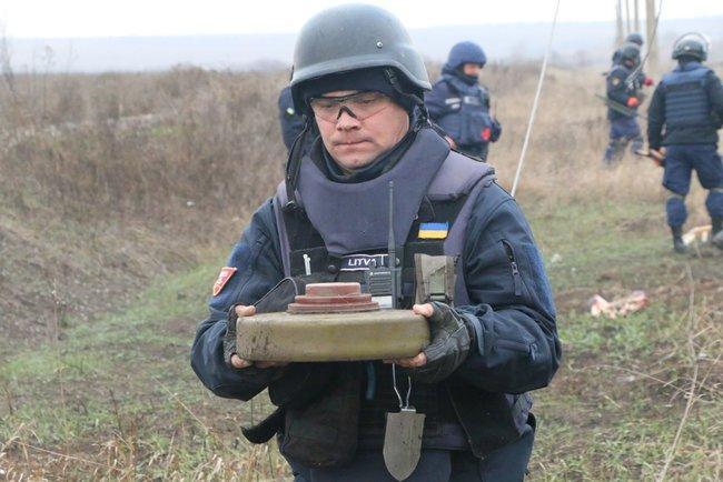 Пиротехники обезвредили 19 мин в районе Петровского и Богдановки / фото dsns.gov.ua