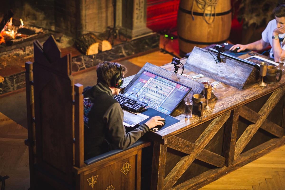 Турниры проходят в средневековых декорациях в духе игры «Ведьмак 3» / twingalaxies.com