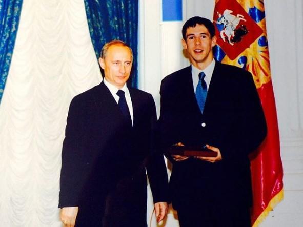 Панин прокомментировал инициативу Госдумы РФ лишить его всехнаград и выставил фото с Путиным / фото: Панин/Instagram
