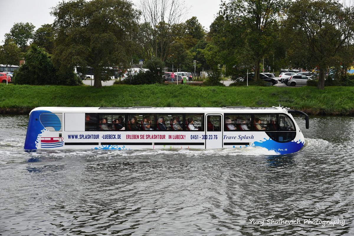 Автобус-амфібія на воді / фото Yury Shulhevich