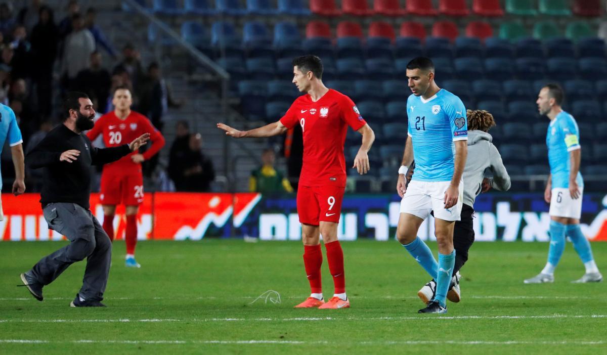 Болельщики на поле во время матча Израиль - Польша / REUTERS