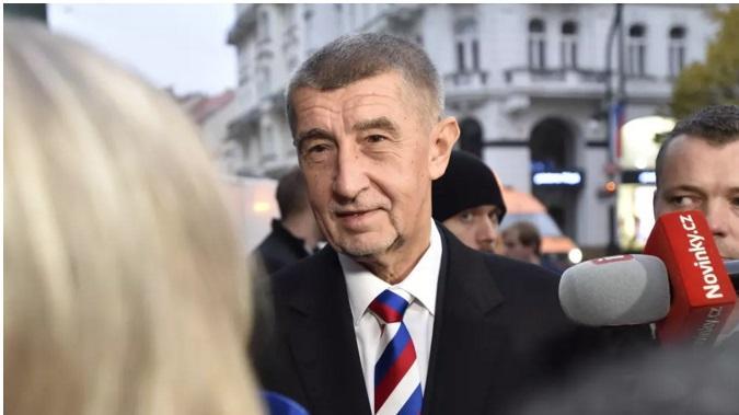 У краватці з триколором РФ Бабіш з'явився під час покладання квітів / фото: ČTK