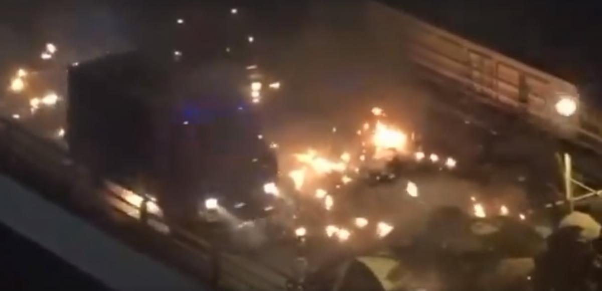 """Демонстранты закидали машину """"коктейлями Молотова""""/ скриншот из видео"""