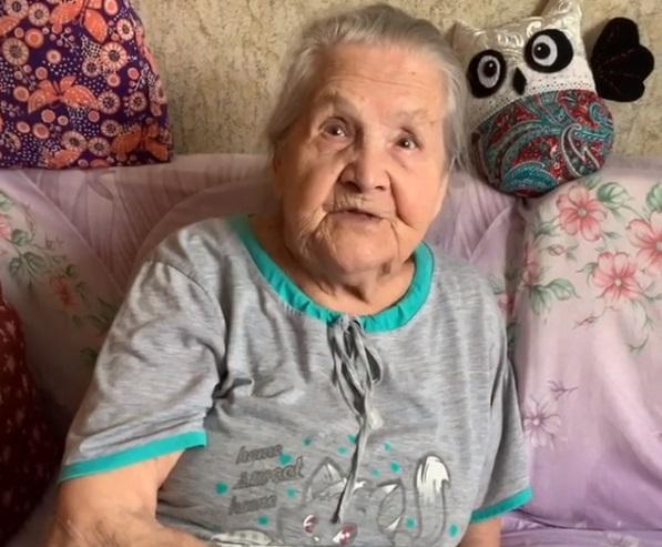 Бабушка декламирует стихи и рассказывает овойне/ babushka1922/instagram