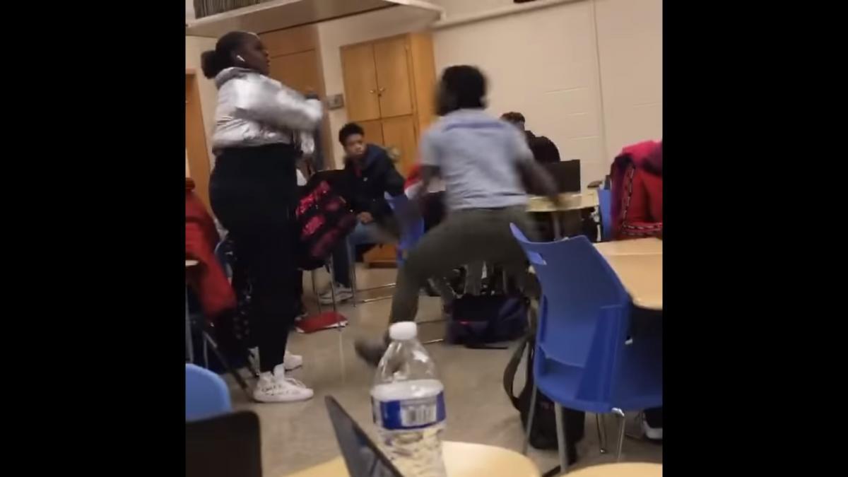 Учительница несколько раз сильно ударила школьницу/ скриншот из видео