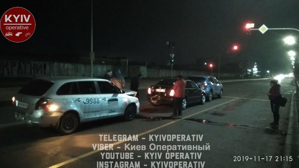 Водитель такси сперва врезался в одну машину, а вскоре еще в несколько / фото: Киев оперативный