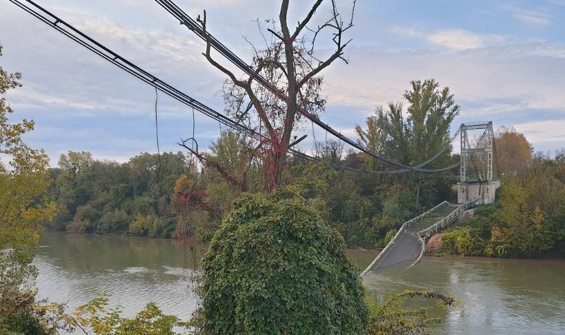 На юге Франции рухнул навесной мост / Twitter, olivier le corre