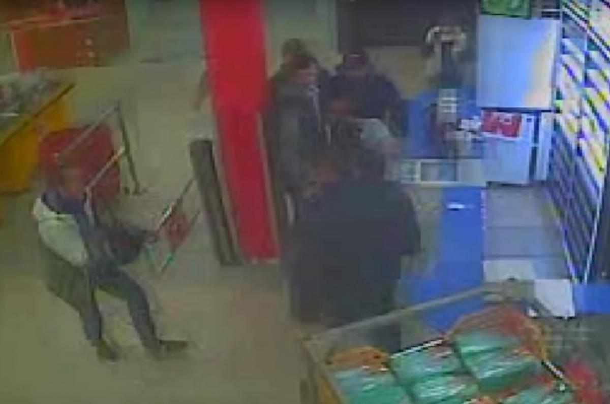 П'яні хлопці побили охоронця магазину / скріншот