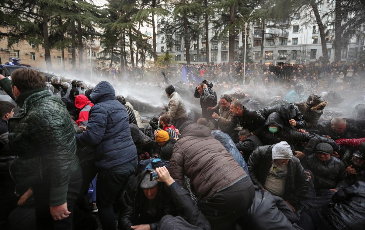 """Грузинський """"Майдан"""" розганяють водометами / REUTERS"""