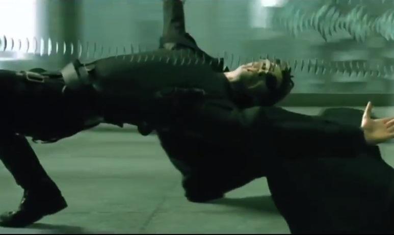 """Студія Мамута працювала над легендарною сценоюз """"Матриці"""", в якій Нео ухиляється від куль / Скріншот з фільму The Matrix (1999)"""