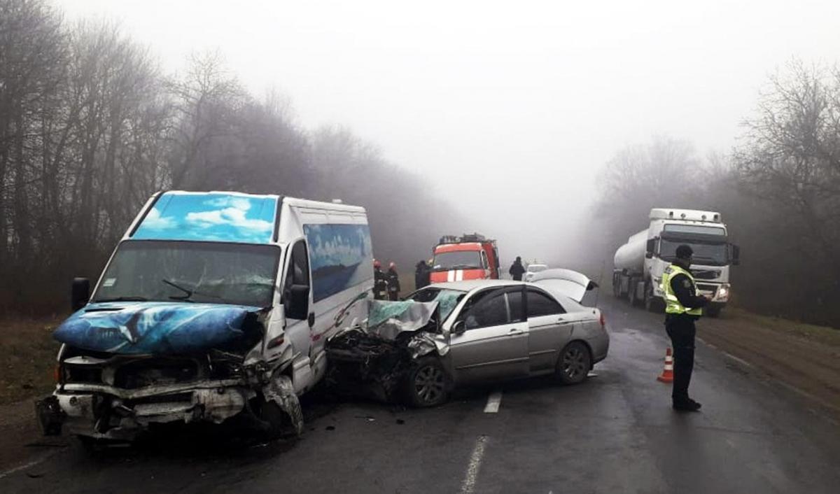 В результате столкновения маршрутки и легковушки погибли два человека / фото: полиция Хмельницкой области