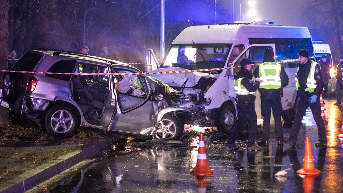 Автомобили Mercedes Sprinter и Toyota RAV4 столкнулись в столице / фото: Информатор