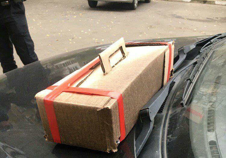 Если бы владелец авто попытался самостоятельно убрать коробку, произошло бы возгорание / фото ГУ НП в Херсонской области
