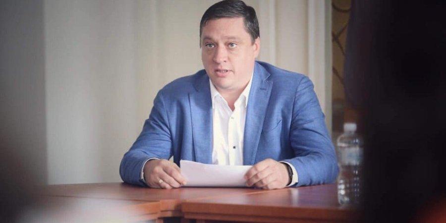 """Скандальний депутат Іванісов призупиняє членство у фракції """"Слуга народу"""""""
