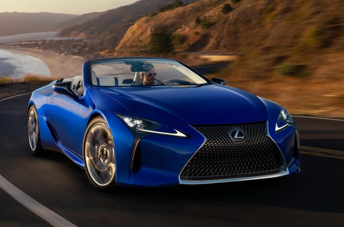 Механизм складывания крыши работает на скорости до 50 километров в час / фото Lexus