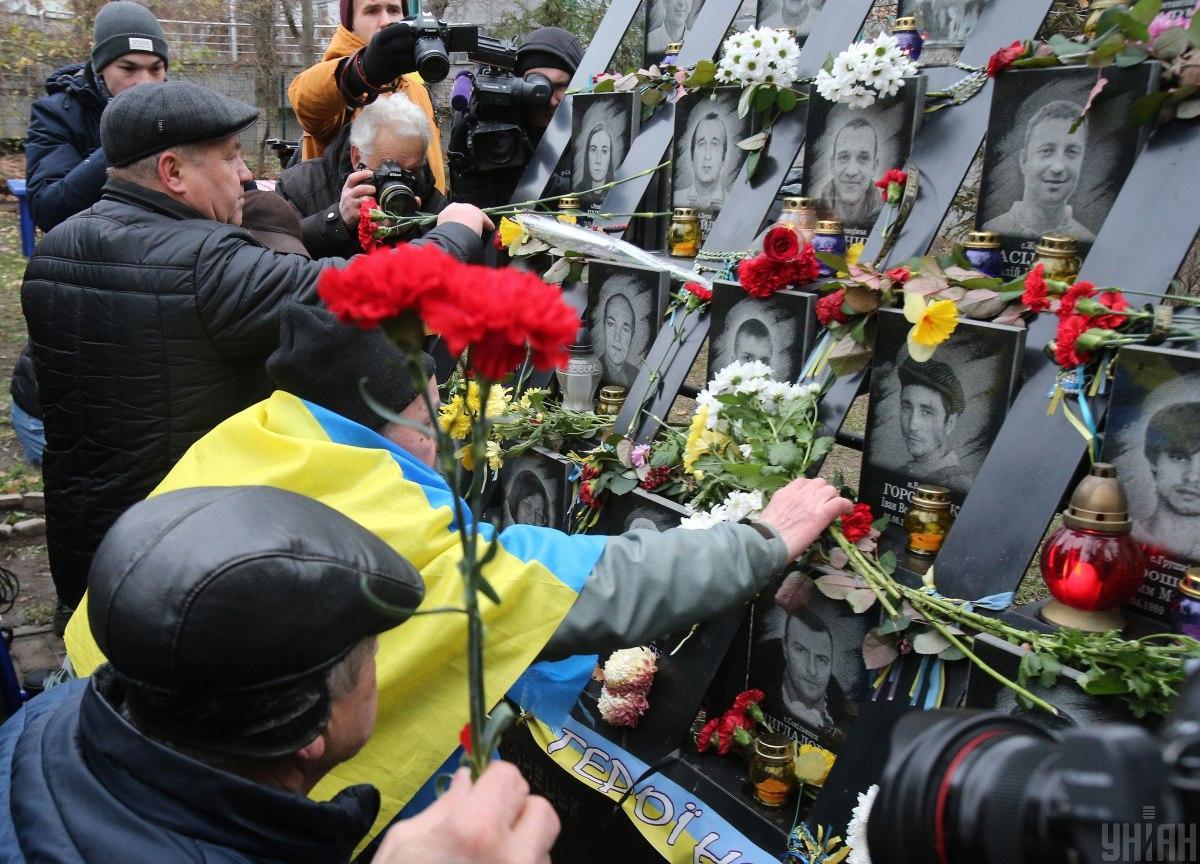 В Киеве ищут хулигана, осквернившего мемориал / фото УНИАН