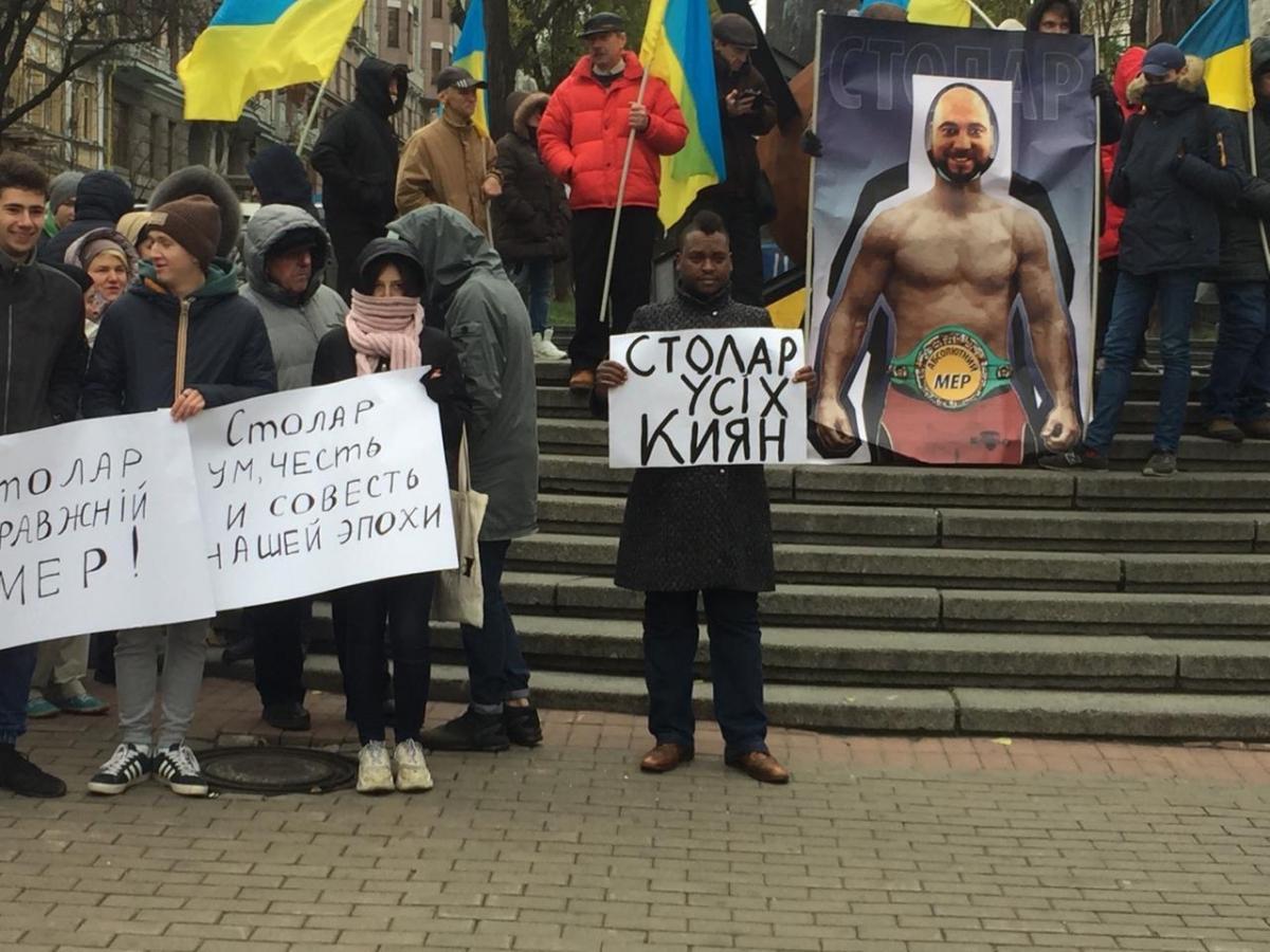 На плакате, который символизирует памятник, изображена фигура боксера с лицом Вадима Столара