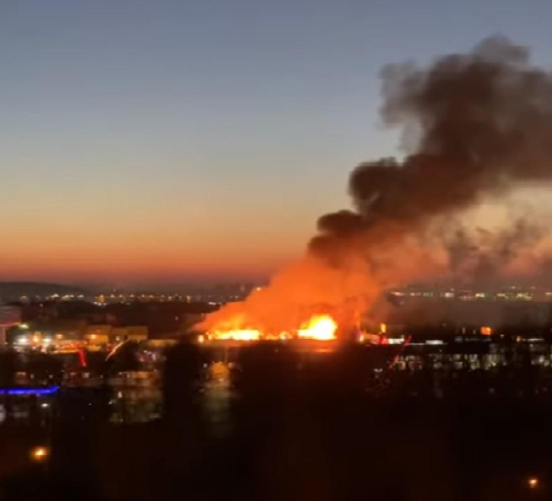 От огня спасаться пришлось и жителям соседних домов / Скриншот