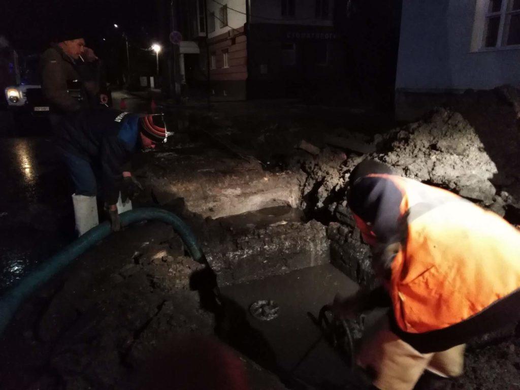 К ликвидации последствий катастрофы были привлечены коммунальники из соседнего Мариуполя / фото: pro.berdyansk.biz
