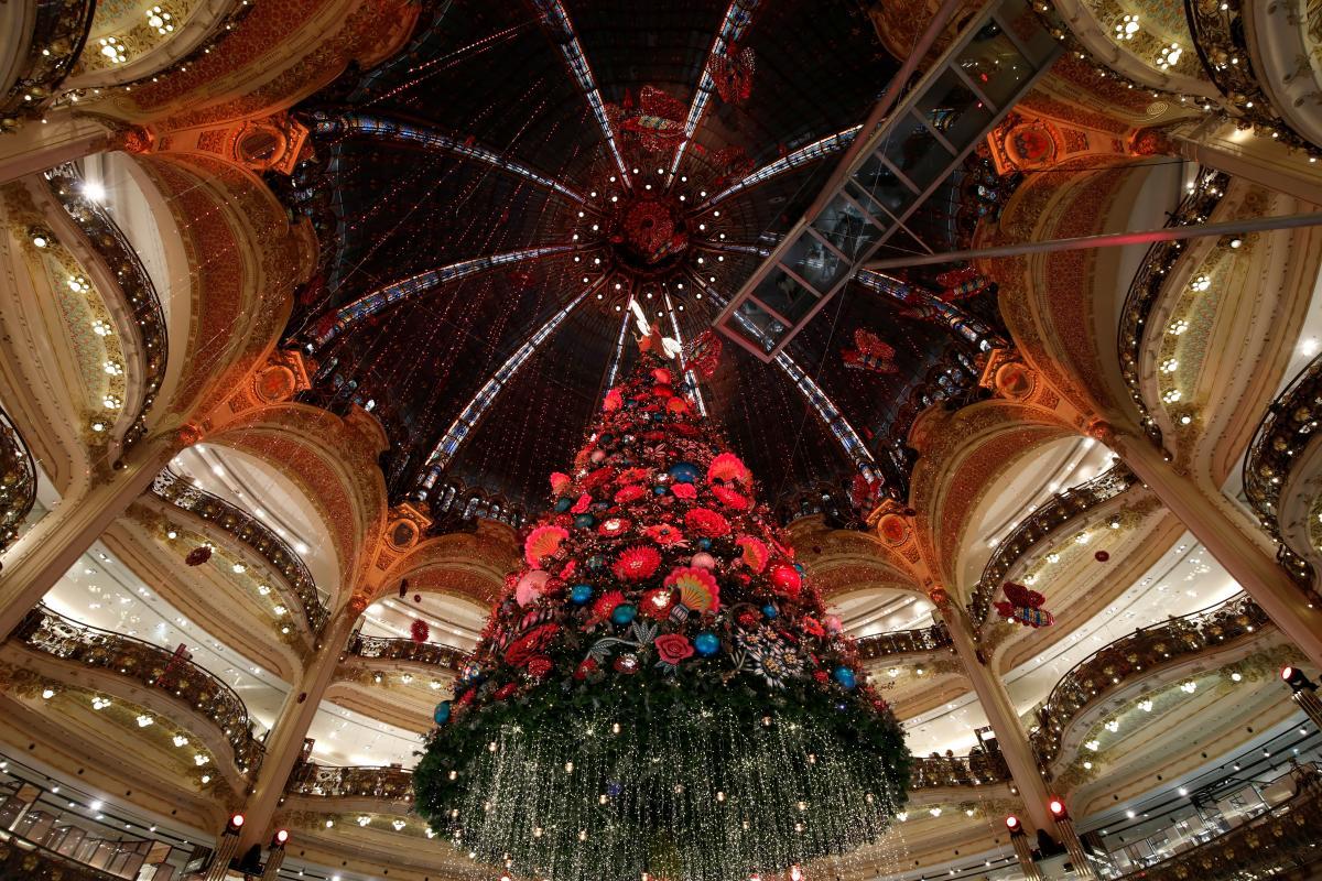 Новогодняя елка в парижском универмаге Galeries Lafayette / Фото REUTERS
