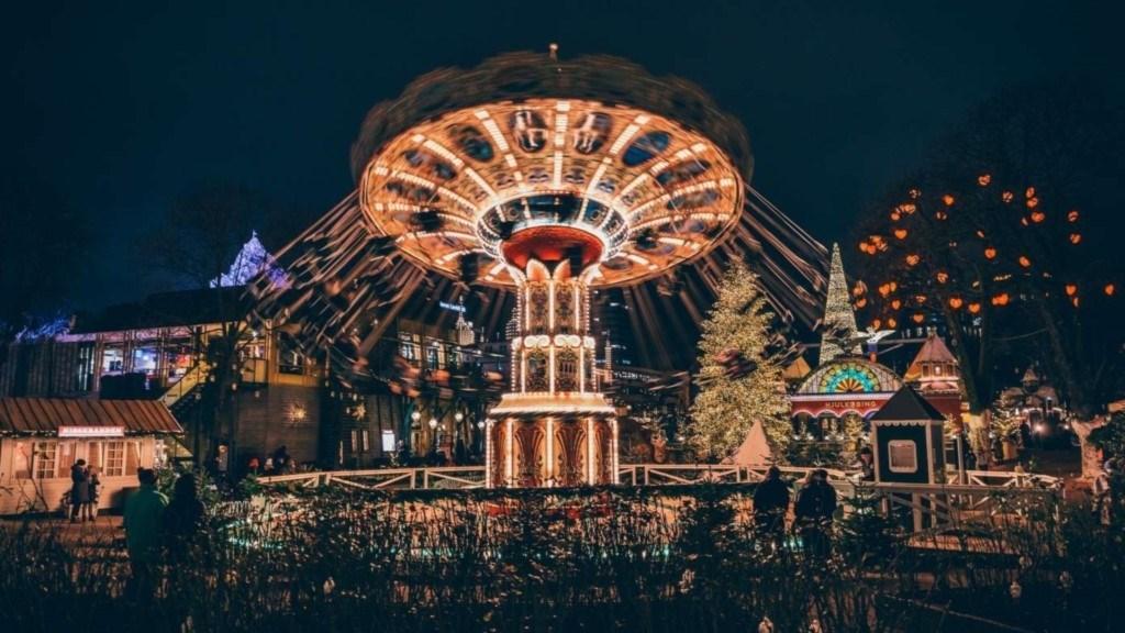 В парке развлечений Тиволи в Копенгагене на Рождество всегда волшебная атмосфера / Фото visitcopenhagen.com