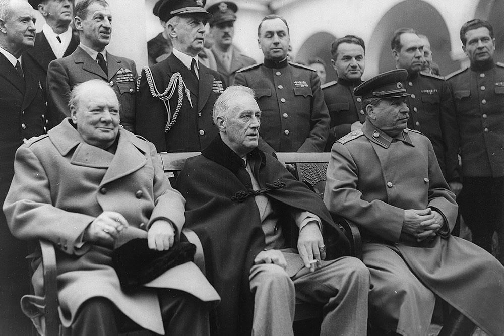 5 апреля 1955 года после более чем 50 лет выдающейся политической карьеры сэр Уинстон Черчилль (крайний слева) подал в отставку / Википедия