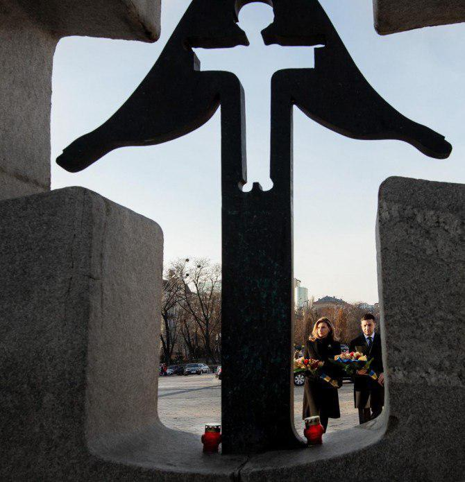 Володимир та Олена Зеленські вшанували пам'ять загиблих хвилиною мовчання / фото president.gov.ua