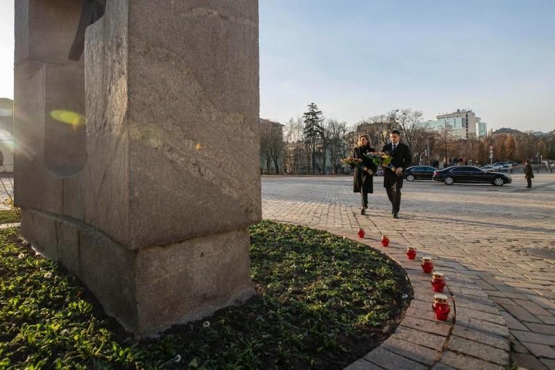 Володимир Зеленський разом з дружиною Оленою вшанували пам'ять жертв Голодомору 1932-1933 років в Україні / фото president.gov.ua