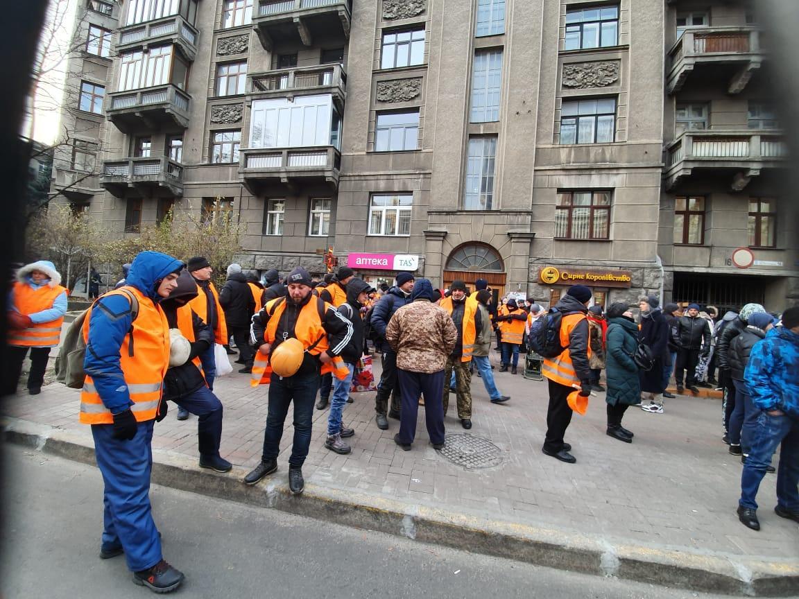Біля будівлі НБУ тривають мітинги / фото УНІАН