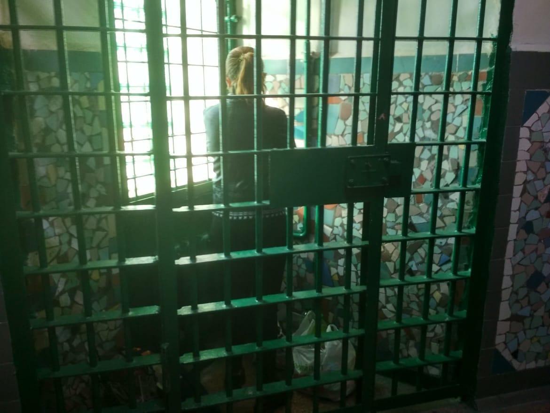 В «клетках-стаканах» задержанные могут только стоять / фото секретариат омбудсмена