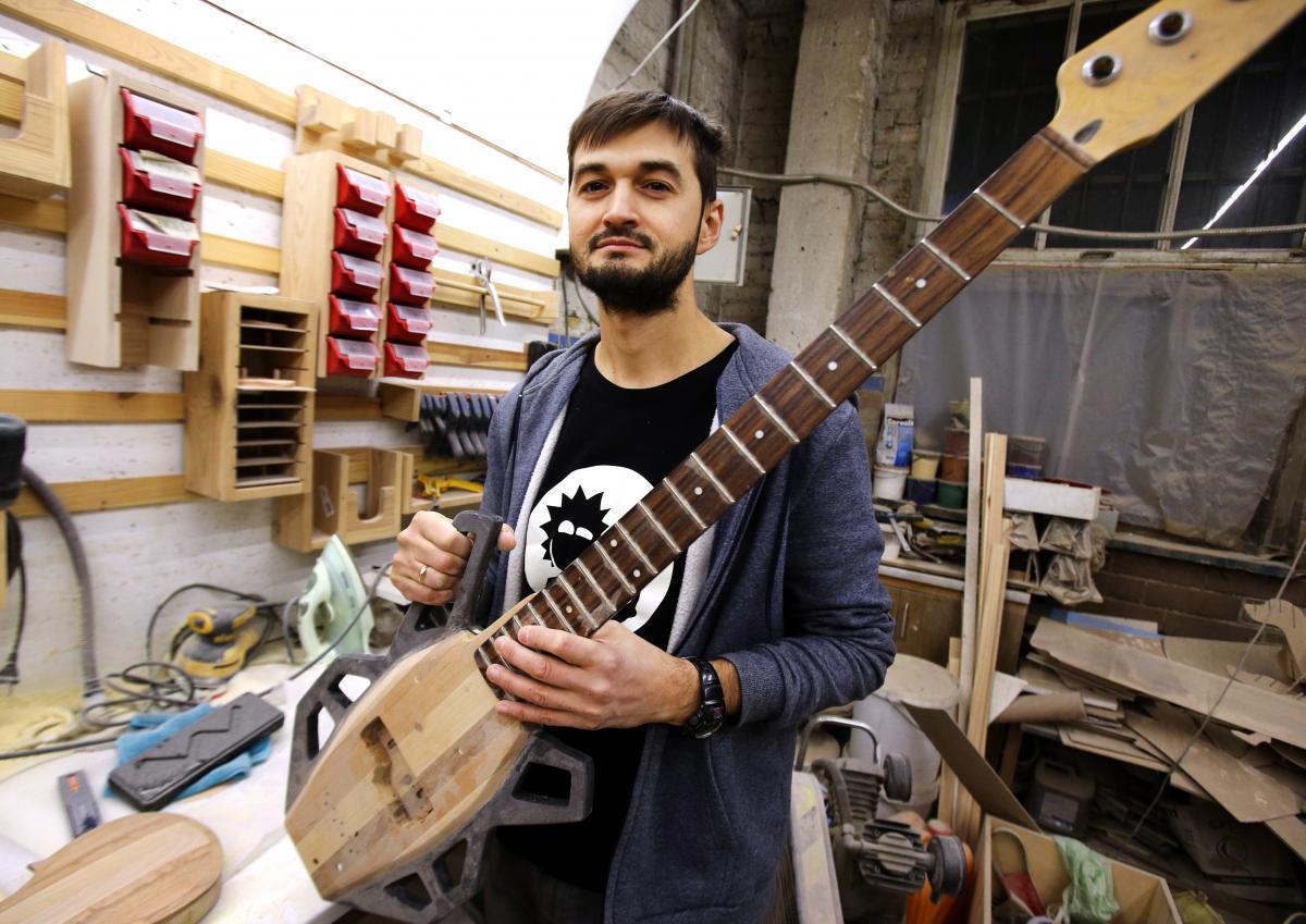 Богдан Тодчук створює музичні інструменти зі сміття / фото УНІАН