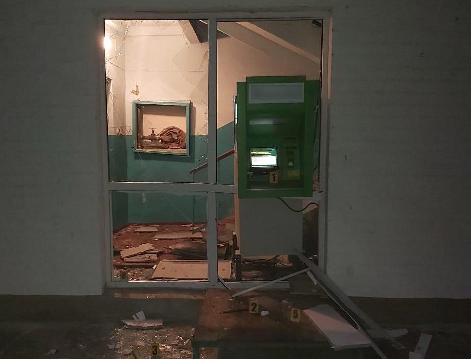 Невідомі підірвали банкомат саморобнимвибуховимпристроєм / фото hk.npu.gov.ua
