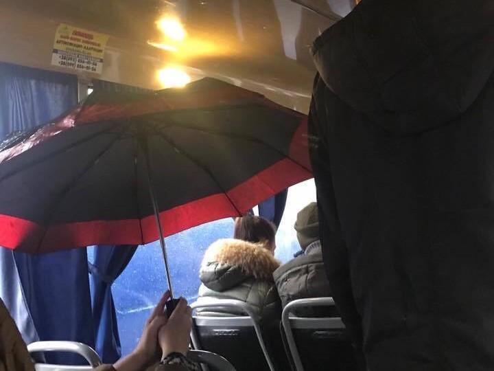 Людей в салоне пришлось открывать свои зонтики/ фото: Киев оперативный