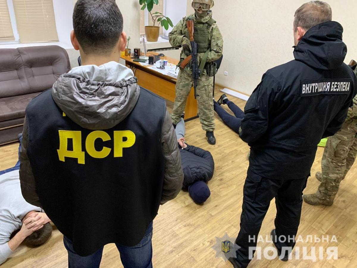 До операції залучили КОРД, батальйон поліції особливого призначення та вибухотехніків / фото npu.gov.ua