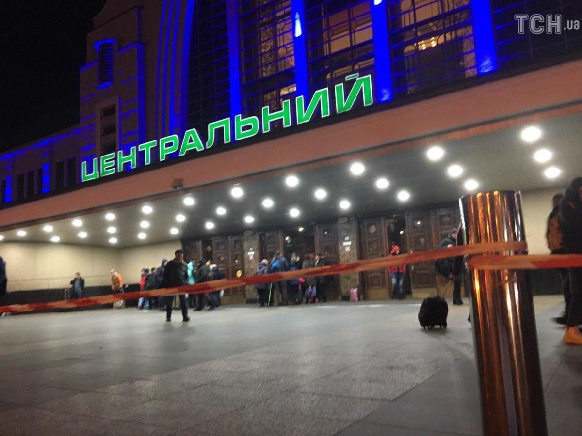 Людей з приміщення вокзалу вивели / фото: ТСН
