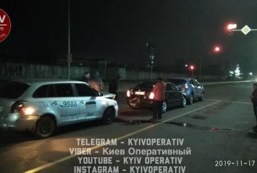 В Киеве пьяный таксист убегал с места ДТП и устроил еще одну аварию