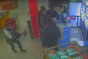 В Киеве пьяные парни избили охранника, пострадавший в реанимации (видео)