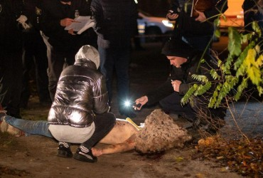 В Киеве нашли мертвым полуголого мужчину с веником на шее (фото 18+)