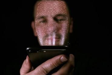 Без допомоги поліції: українець повернув через додаток забутий в таксі iPhone