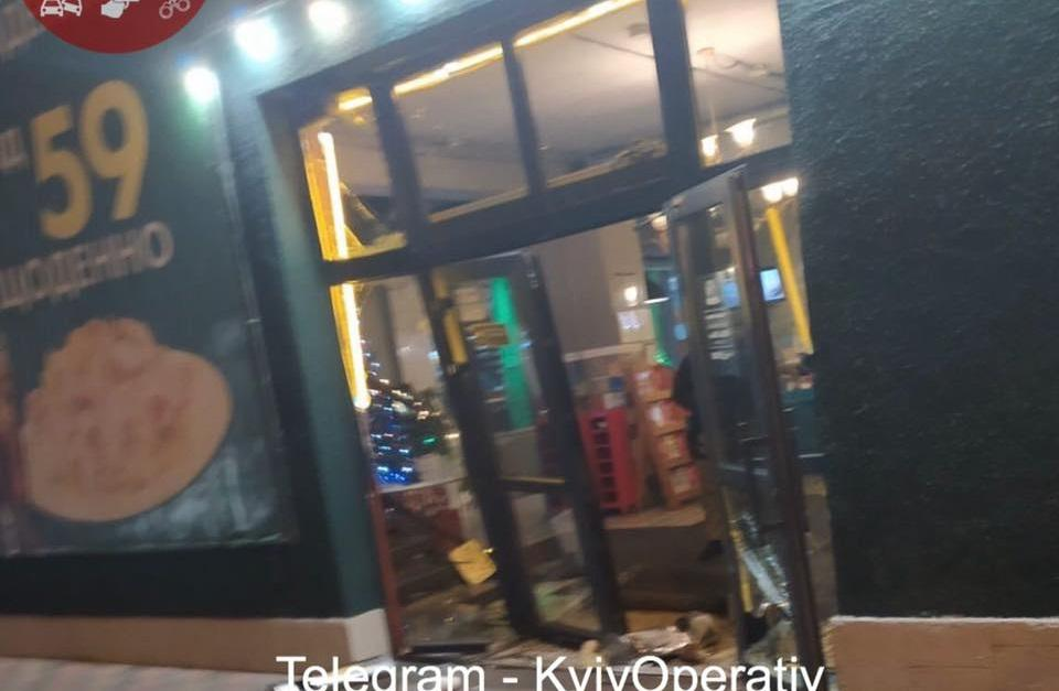 Молодики автомобілем розтрощили вхідні двері закладу / фото facebook.com/KyivOperativ